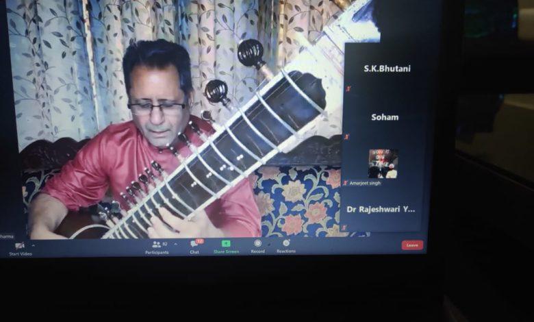 कार्यक्रम के दौरान गेस्ट आर्टिस्ट स्पीकर डॉ हरविंदर शर्मा मानसिक तनाव में संगीत का योगदान विषय पर अपने विचार रखते हुए 